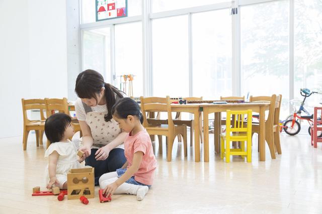 学校や幼稚園、保育園など文教施設の床に 人と環境にやさしい天然素材のリノリウム床材「マ—モリウム」を